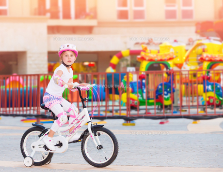 Happy little girl on the bicycleの写真素材 [FYI00760637]