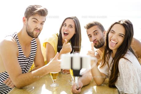 Group selfie at the beach barの写真素材 [FYI00760827]