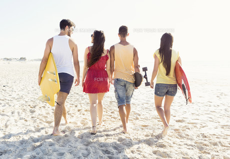 Friends walking at the beachの写真素材 [FYI00760830]