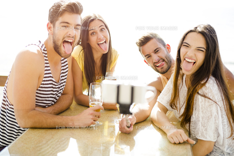 Group selfie at the beach barの写真素材 [FYI00760838]
