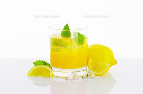 Glass of lemon juice drinkの写真素材 [FYI00760883]