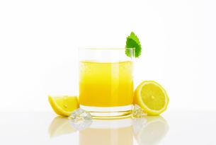 Glass of lemon juice drinkの写真素材 [FYI00760884]