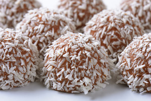Chocolate coconut trufflesの写真素材 [FYI00760885]