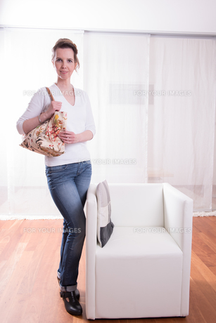 attractive Woman with bagの素材 [FYI00760890]