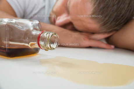 Drunk Man With A Bottle Of Liquorの素材 [FYI00761063]