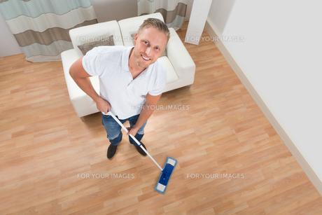 Man Cleaning Floor With Mopの写真素材 [FYI00761065]