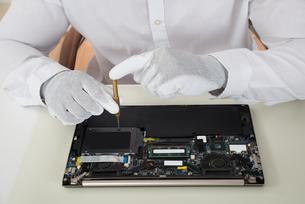 Technician Repairing Laptopの素材 [FYI00761066]