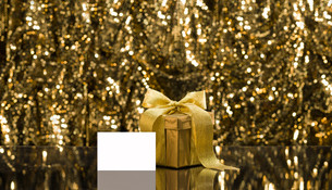 Gold present with place cardの写真素材 [FYI00761102]