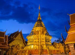 Doi Suthep temple at twilight, landmark of Chiang Mai, Thailandの写真素材 [FYI00761226]