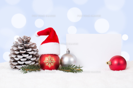 christmas card with christmas hat decoration with snow and copy spaceの素材 [FYI00761254]