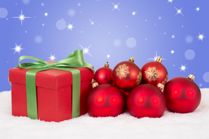 christmas gifts at christmas with red christmas balls and copy spaceの写真素材 [FYI00761256]