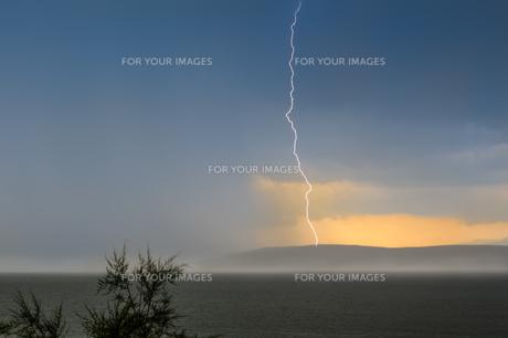 lightning strikes the sea in islandの写真素材 [FYI00761466]