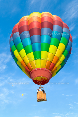 Hot air balloon over blue skyの写真素材 [FYI00761471]