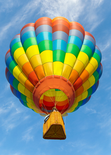 Hot air balloon over blue skyの写真素材 [FYI00761481]