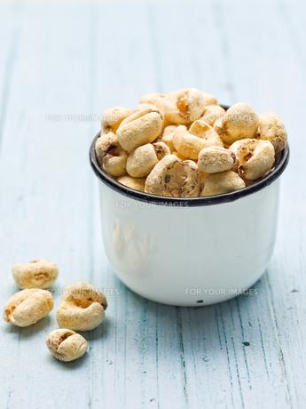 rustic puffed corn snackの写真素材 [FYI00761656]