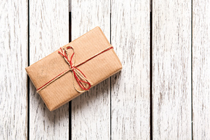 Gift box on white wood tableの写真素材 [FYI00761664]