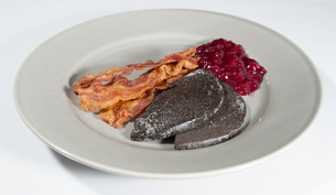 Swedish Blood Pudding with Bacon and Lingonberry Jamの素材 [FYI00761678]