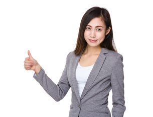 Young businesswoman with thumb upの写真素材 [FYI00761738]