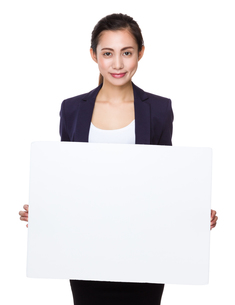 Businesswoman show with white posterの写真素材 [FYI00761776]