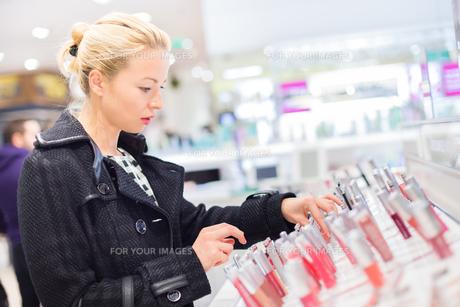 Beautiful woman shopping in beauty store.の写真素材 [FYI00761817]
