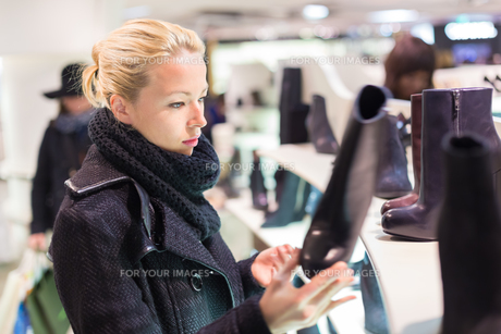 Beautiful woman shopping in shoe store.の写真素材 [FYI00761822]