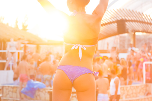 Sexy girl dancing on a beach party.の写真素材 [FYI00761833]