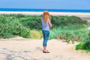 young woman with views of the sea.の写真素材 [FYI00761856]