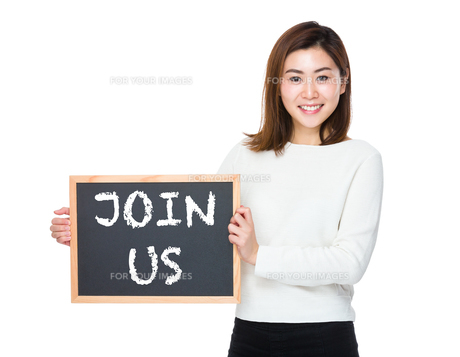 Asian woman with chalkboard and showing phrase of join usの素材 [FYI00761923]