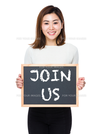 Young woman with the blackboard showing phrase of join usの素材 [FYI00761924]
