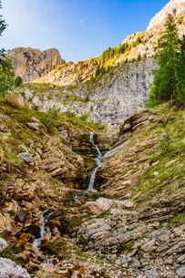 mountain stream flows tullnの写真素材 [FYI00762047]