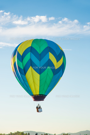 Hot air balloon over blue skyの写真素材 [FYI00762064]