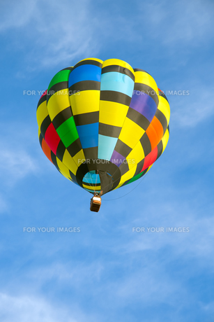 Hot air balloon over blue skyの写真素材 [FYI00762068]