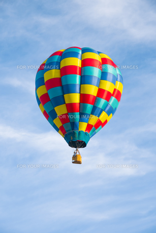 Hot air balloon over blue skyの写真素材 [FYI00762072]