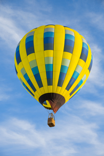 Hot air balloon over blue skyの写真素材 [FYI00762075]
