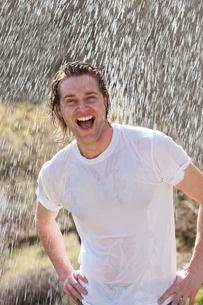 Male having fun in the rainの素材 [FYI00762364]