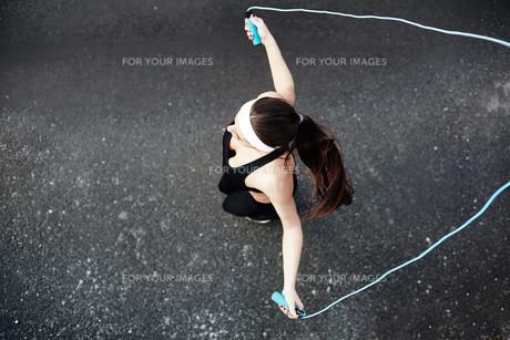 Sporty girl exercisingの素材 [FYI00762433]