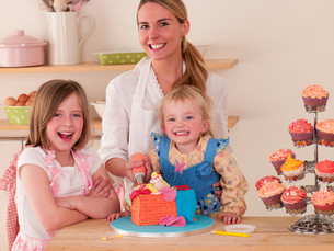 Decorating cakes with daughtersの写真素材 [FYI00762453]