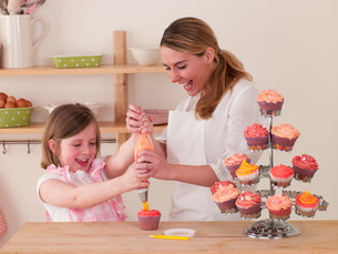 Mother and Daughter decorating cakesの写真素材 [FYI00762457]