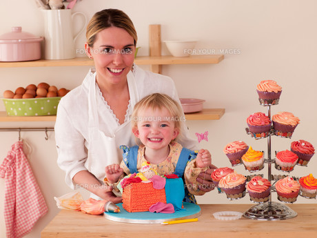 Mother and Daughter decorating cakes togetherの写真素材 [FYI00762460]