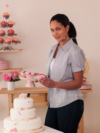 Woman baking at homeの写真素材 [FYI00762465]
