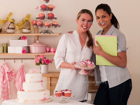 Women making cakesの写真素材 [FYI00762468]