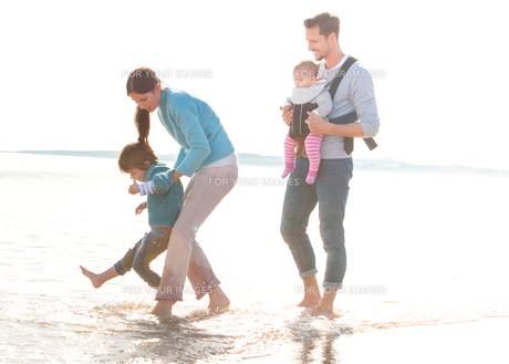 Family on Beachの素材 [FYI00762477]