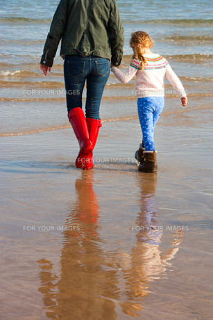 Mother and Daughter on Beachの素材 [FYI00762486]