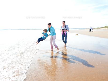 Family On The Beachの素材 [FYI00762487]