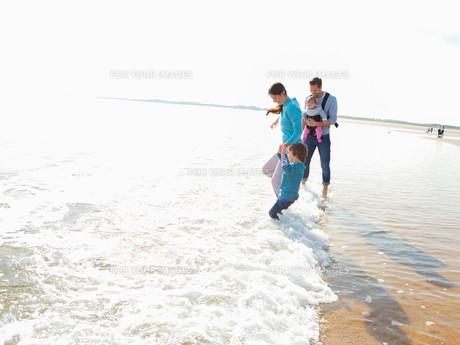 Family on the Beachの素材 [FYI00762490]