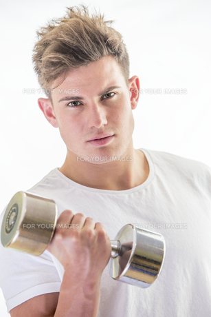 Young man with gym weightsの素材 [FYI00762558]