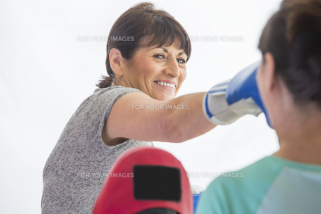 Woman training with boxing glovesの写真素材 [FYI00762570]