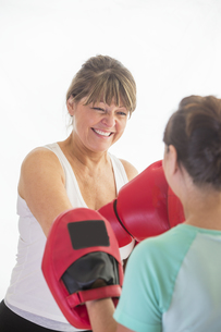 Woman training with boxing glovesの写真素材 [FYI00762573]