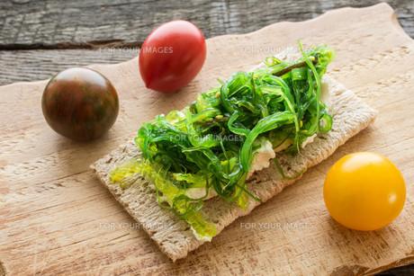 crispbread with ricotta and wakame seaweedの写真素材 [FYI00762591]