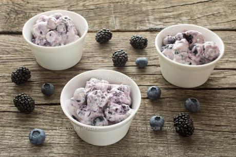 quark with blackberries and blueberriesの写真素材 [FYI00762592]